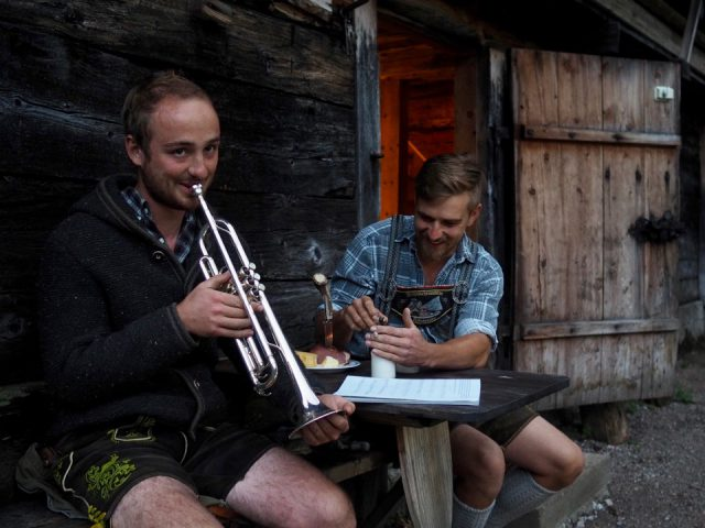 Lukas Schöbinger spielt Trompete vor der Brennerhütte
