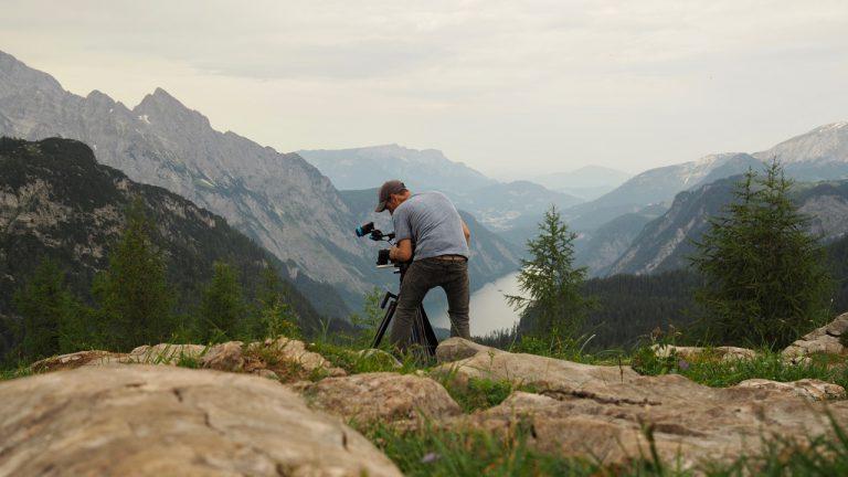 Kameramann Denis D. Lüthi am Gipfel des Feldkogel
