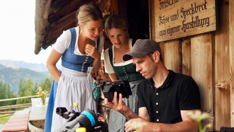 Kameramann Denis D. Lüthi und die Sennerinnen von der Priesbergalm