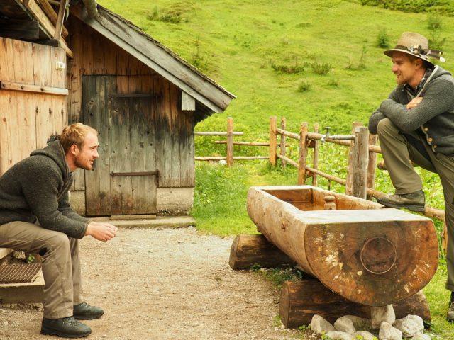 Lukas Schöbinger und Max Irlinger vor Brennerhütte am Funtensee
